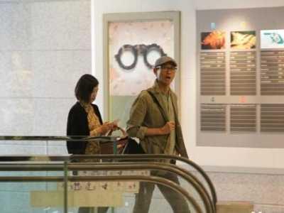 官晶华图片 68岁郑少秋与娇妻外出喝茶