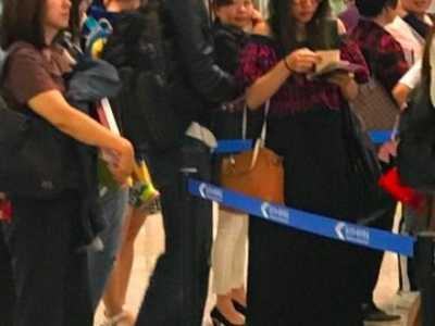王力宏妻晒孕照 挺孕肚排队身上背着2个包
