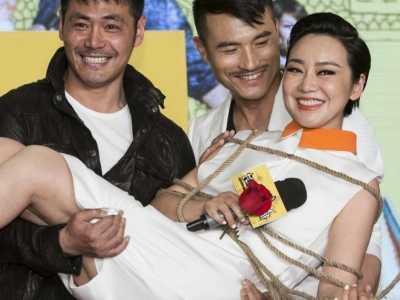 闫妮出席活动近照 浓妆艳抹要演员被三位大叔粉当众抱起