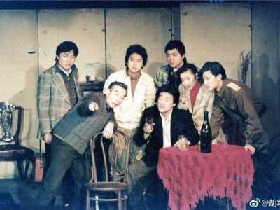 江珊的同学会 胡军晒出中戏表演系87班同学的旧照
