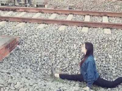 女生铁道劈腿自拍 玩的绝不是艺术